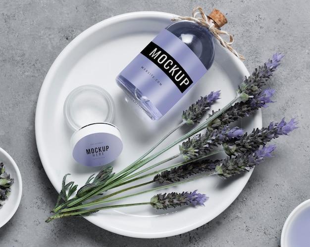Bord met lavendel waterfles