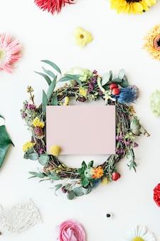 Botanische krans met een roze kaartmodel