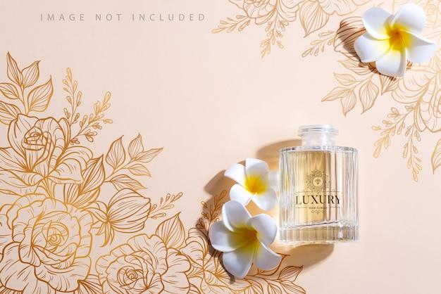 Botella de ambientador aislado sobre fondo beige con sombras y flores