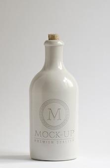 Botella de cerámica blanca con logo maqueta en relieve.
