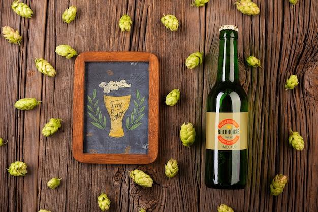 Botella de cerveza con cartel junto a la mesa