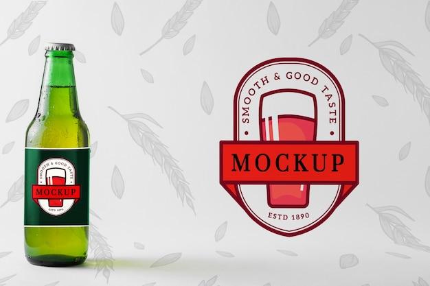 Botella de cerveza con empaque de maqueta.