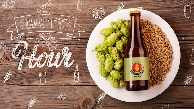 Botella de cerveza en plato con maqueta de semillas