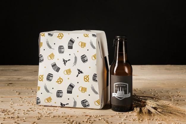 Botella de cerveza de primer plano en mesa de madera