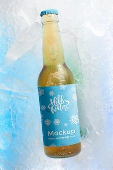 Botella de cerveza vista superior en la nieve