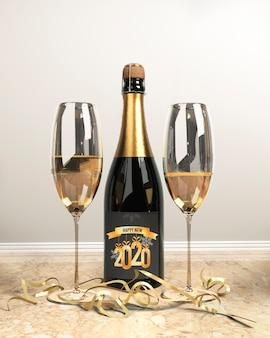 Botella de champagne y copas para año nuevo
