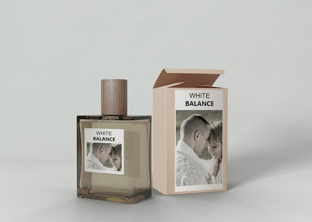 Botella de perfume al lado de la caja de perfume