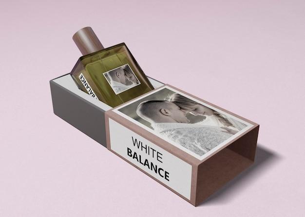 Botella de perfume en caja abierta.