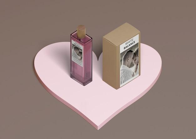 Botella de perfume con caja en forma de corazón