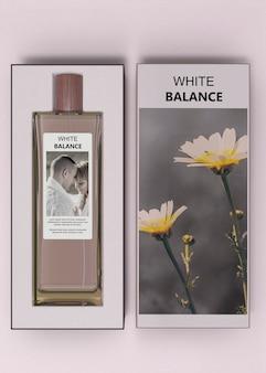 Botella de perfumes en cajas sobre mesa
