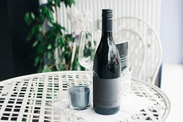 Botella de vino maqueta sobre una mesa