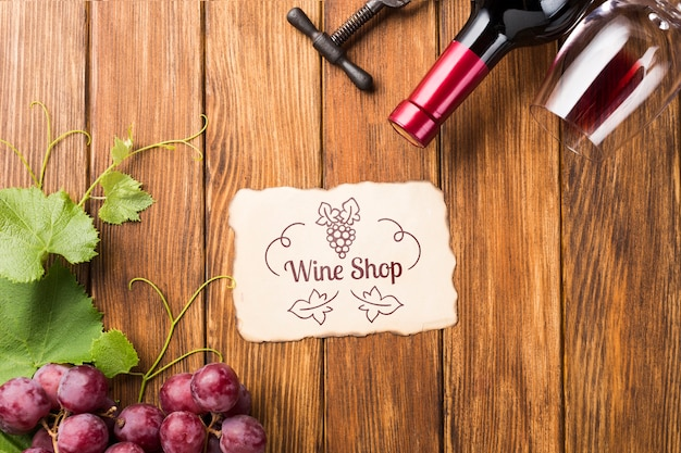 Botella de vino y uvas en la mesa