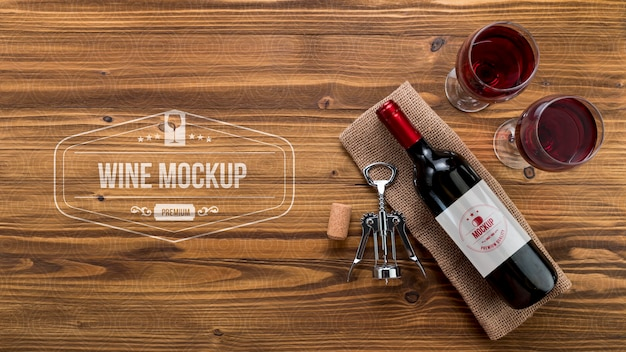 Botella de vino de vista frontal y vasos con espacio de copia
