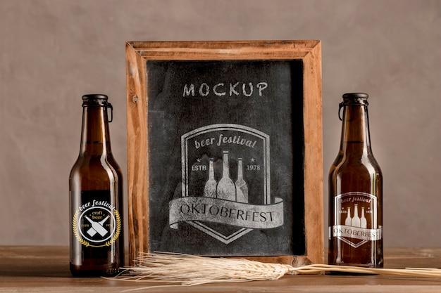 Botellas de cerveza con marco oktoberfest