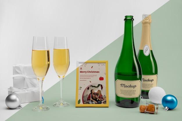 Botellas de champán con maqueta.