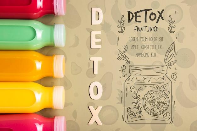 Botellas de plástico con batidos de desintoxicación.