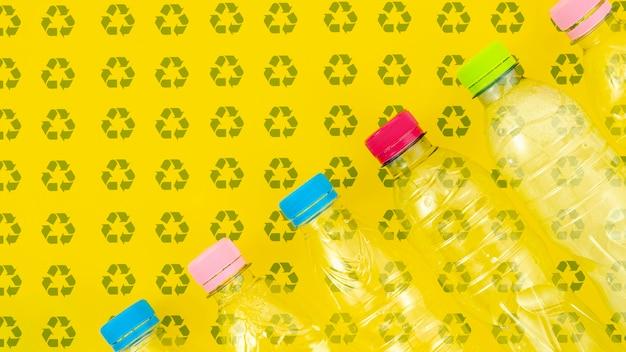 Botellas de plástico en maqueta de fondo