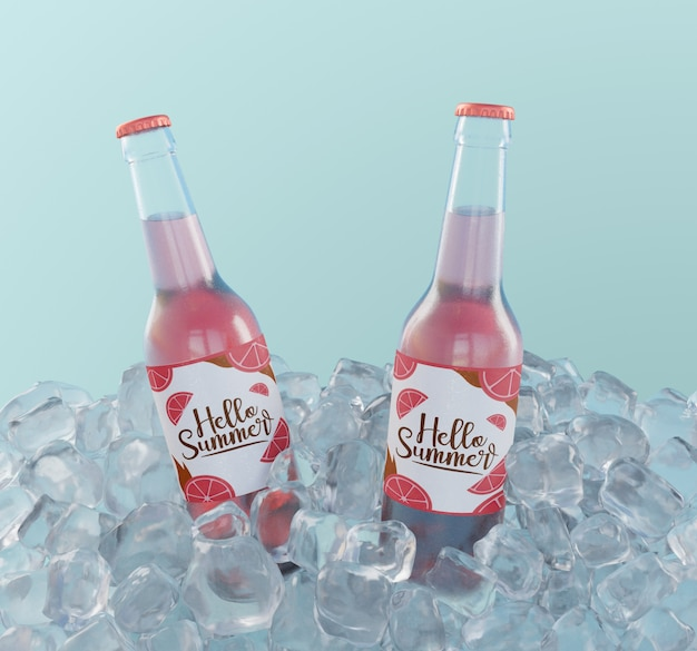 Botellas de refrescos de frutas con cubitos de hielo.