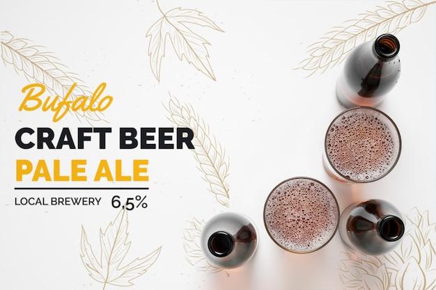 Botellas y vasos de cerveza artesanal.