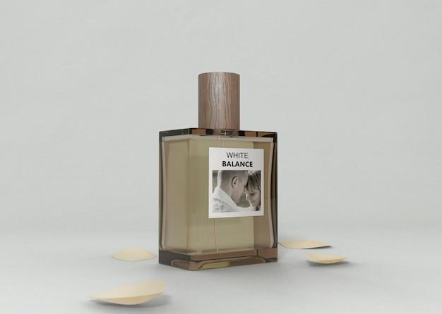 Bottiglia di profumo aromatizzante sul tavolo