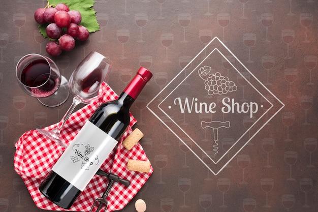 Bottiglia di vino e vetro sul tavolo