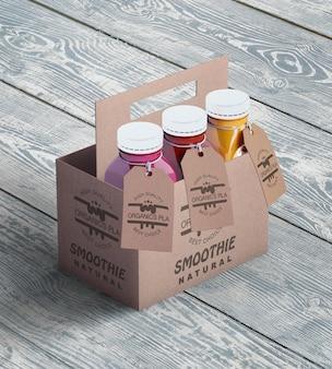 Bottiglie di plastica del frullato organico nell'alta vista delle scatole di cartone