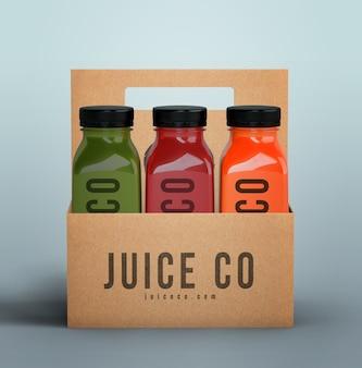 Bottiglie di plastica del frullato organico nella vista frontale delle scatole di cartone