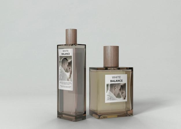 Bottiglie di profumo aromatizzate sul tavolo