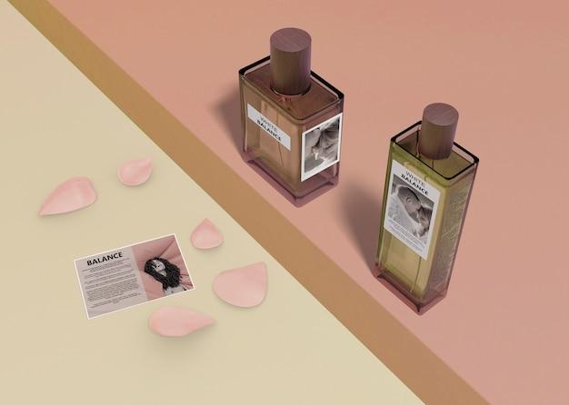 Bottiglie mock-up di profumi aromatizzati