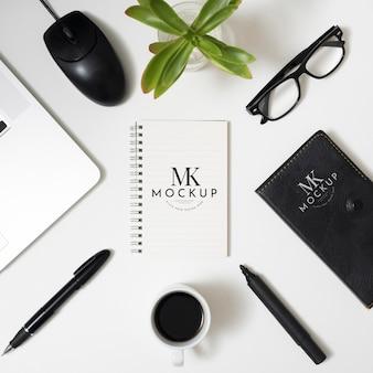 Boven weergave bureau concept met laptop