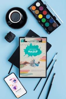 Bovenaanzicht acryl palet en penselen