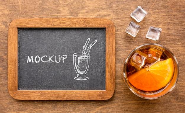 Bovenaanzicht alcoholische dranken met schoolbordmodel