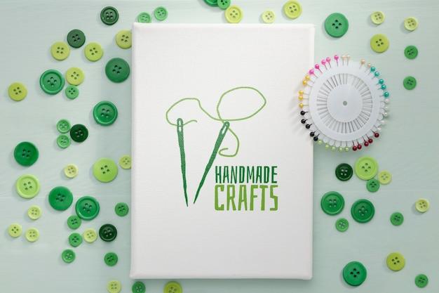 Bovenaanzicht arrangement met groene knoppen