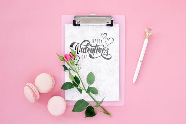 Bovenaanzicht arrangement met klembord en roos