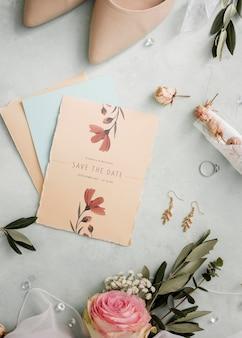 Bovenaanzicht arrangement van bruiloft elementen met kaartmodel