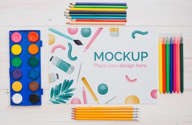 Bovenaanzicht artist concept assortiment met papieren mock-up