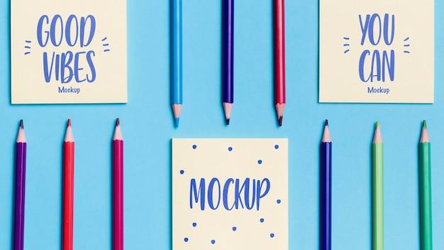 Bovenaanzicht assortiment kleurrijke potloden en notities