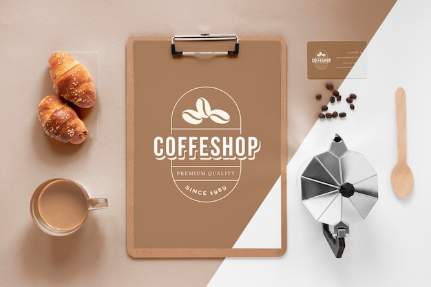Bovenaanzicht assortiment koffiemerkartikelen