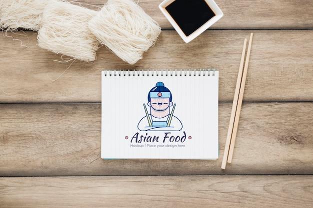 Bovenaanzicht aziatisch eten met sojasaus