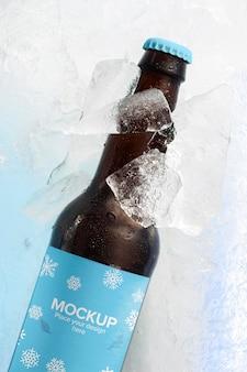 Bovenaanzicht bierfles in sneeuw