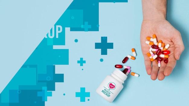 Bovenaanzicht bij de hand met mockup voor pillenfles