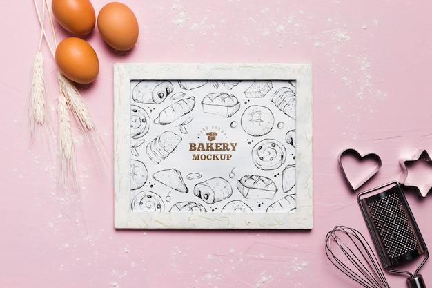 Bovenaanzicht biologische eieren en tarwe op tafel