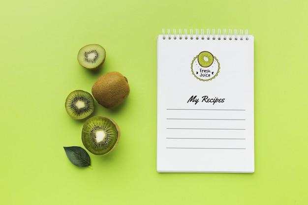 Bovenaanzicht biologische kiwi concept met mock-up