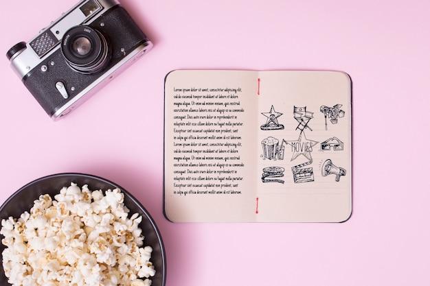 Bovenaanzicht bioscoop arrangement op roze achtergrond