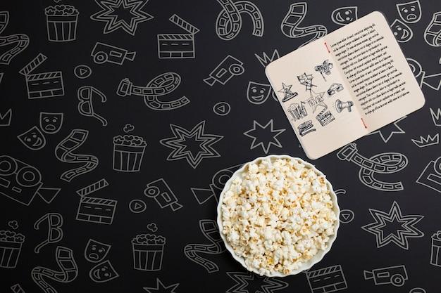 Bovenaanzicht bioscoop arrangement op zwarte achtergrond met hand getrokken elementen