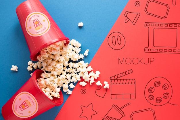 Bovenaanzicht bioscoopmodel met popcorn