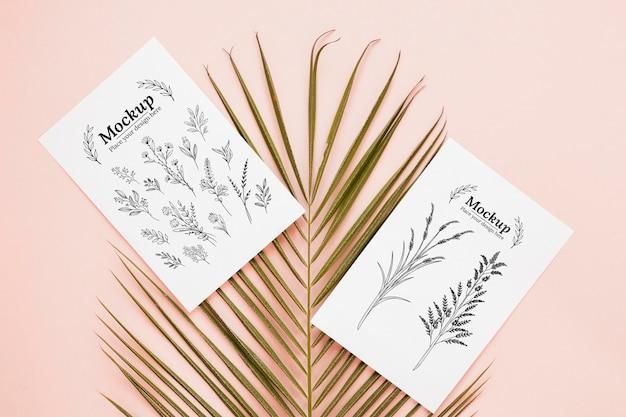 Bovenaanzicht blad en kaarten arrangement