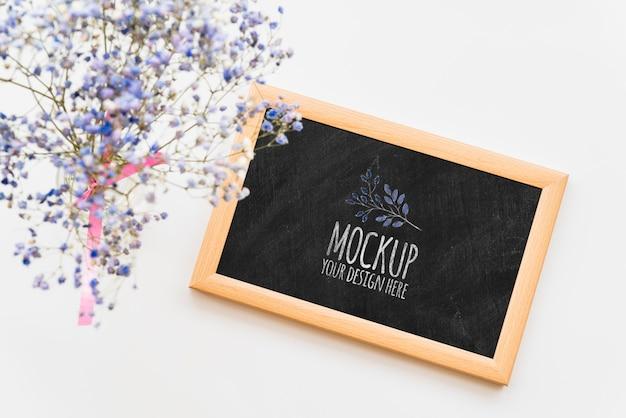 Bovenaanzicht blauwe bloemen op blackboard