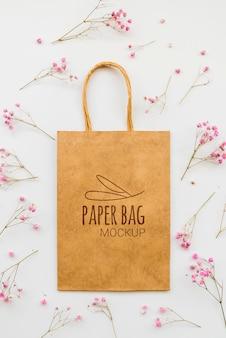 Bovenaanzicht bloemen en papieren zak arrangement