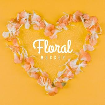 Bovenaanzicht bloemenmodel met hartvormig
